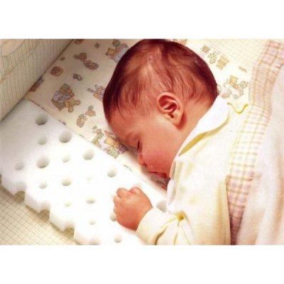 Нужна ли подушка новорожденному — польза или вред для ребёнка